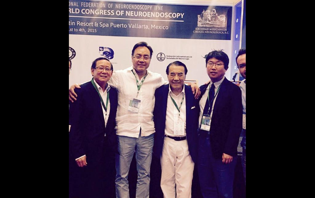 Dr José Antonio Soriano como Profesor durante el World Congress of Neuroendoscopy al lado de sus Amigos pioneros y famosos endoscopistas de Columna Anthony Yeung (China-USA), John Chiu (China-USA) , June Ho Lee (Corea del Sur)