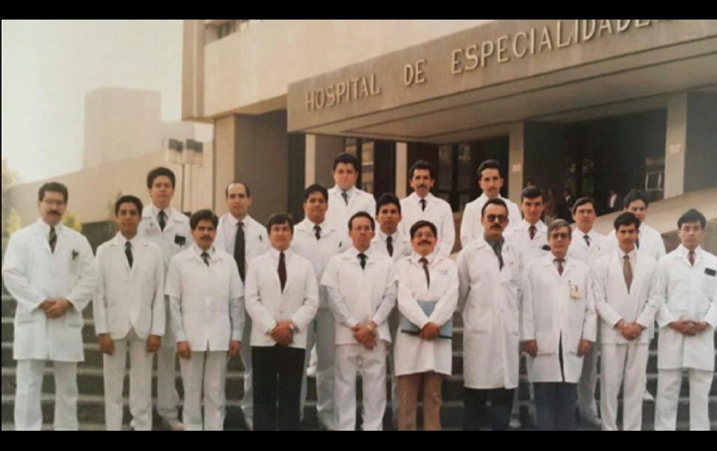 Dr José Antonio Soriano como Jefe de Residentes último del la extrema derecha en 1993 en la foto generacional al final de la Especialidad con sus Profesores y colegas. Frente a la fachada del Hospital de Especialidades La Raza IMSS