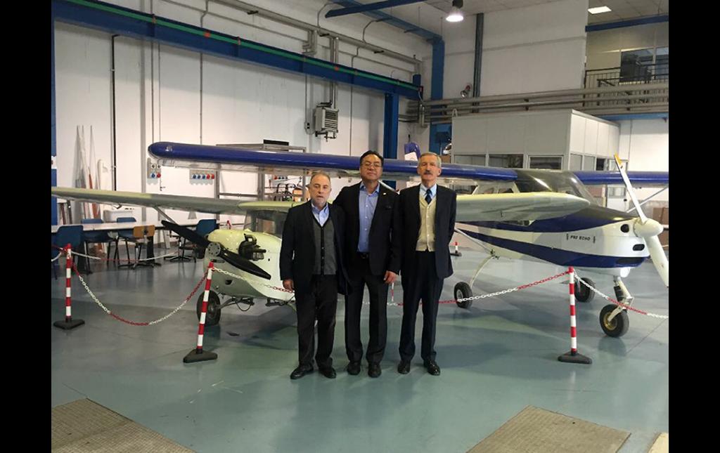 Neurocirujanos José Antonio Soriano y Marcos Baabor (Chile) a su derecha, con el Profesor Salas (Italia) a su izquierda Director de Aeronáutica dentro de las instalaciones del Instituto Politécnico de Milán en visita de trabajo con fines de innovación tecnológica 2018