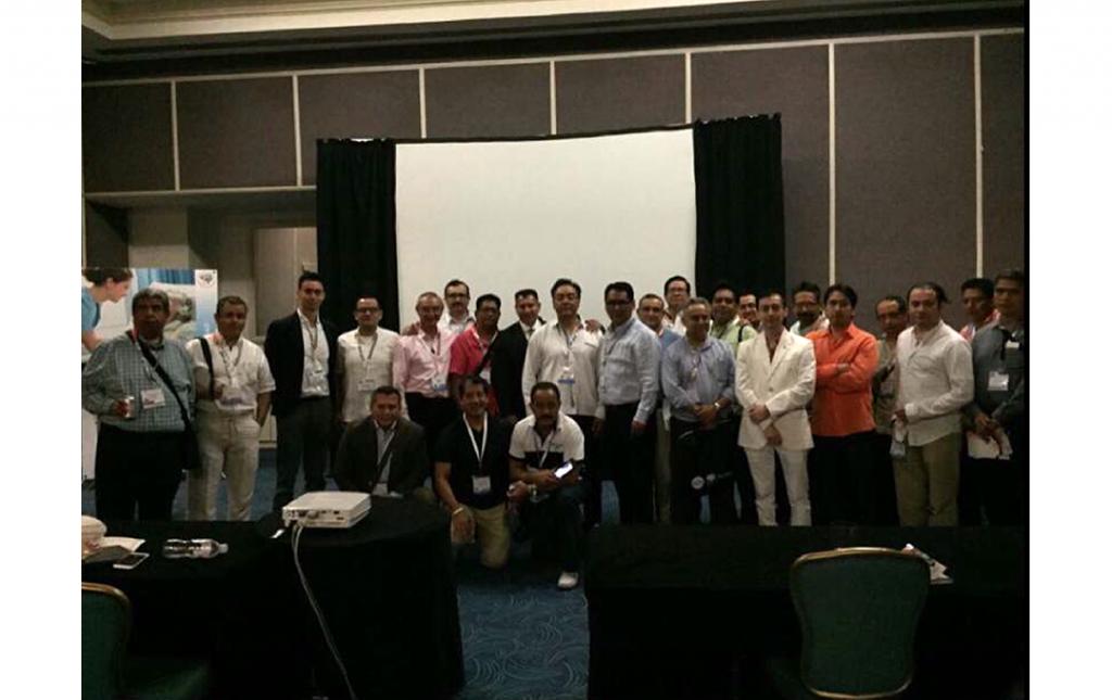 Dr José Antonio Soriano (Centro), con Colegas-amigos Neurocirujanos durante su reconocimiento como líder de la Neurocirugía Mexicana en el Marco del Congreso Mexicano de Neurocirugia Cancún 2017