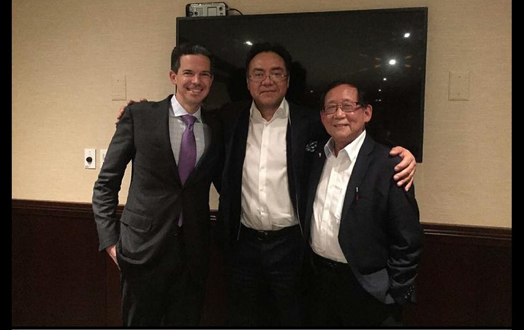 Dr Soriano con sus amigos y colegas Prominentes Cirujanos de Columna John O'Toole de Rush University y Tony Yeung Padre de la Endoscopia moderna de columna