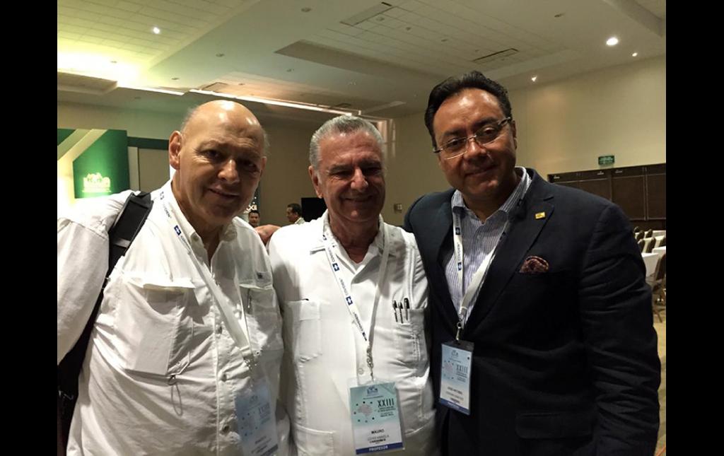 Fotografía del Dr Soriano con el Dr Mauro Loyo (centro) ex Presidente de la FLANC y de la Sociedad Mexicana de Cirugía Neurológica y el Dr Ernesto Martinez Duhart durante el XXIII Congreso en Mazatlán Sinaloa