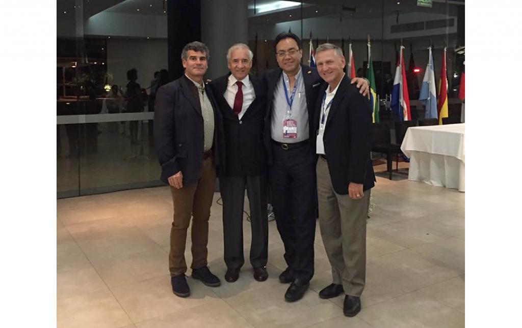 Con los Profesores Álvaro Dowling (Chile), Jorge Ramírez (Colombia) y Richard Fessler ( (USA) durante el Congreso de la Sociedad InterAmericana de Cirugía de Columna Mínimamente Invasiva (SICCMI), Asuncion Paraguay 2015